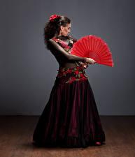 Картинка Шатенка Платье Танцы Девушки