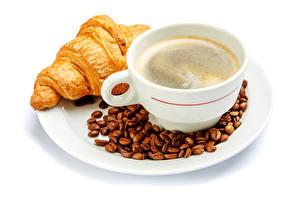 Фото Кофе Круассан Белый фон Тарелка Чашка Зерна Продукты питания