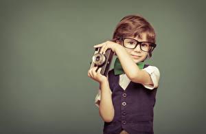 Картинка Цветной фон Мальчики Фотокамера Очки Руки Ребёнок
