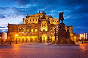 Обои Германия Дрезден Дома Памятники Вечер Городская площадь Уличные фонари Города картинки