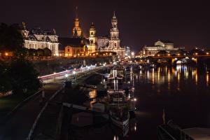Картинка Германия Дрезден Здания Речка Пирсы Речные суда Ночные