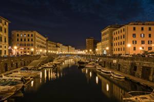 Картинка Италия Тоскана Здания Причалы Лодки Водный канал Ночные Уличные фонари Livorno