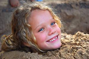 Фото Девочки Счастье Голова Смотрит Песок Ребёнок