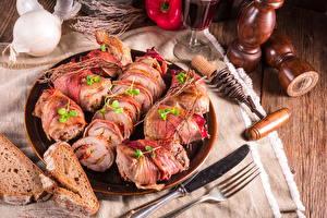 Фотографии Мясные продукты Хлеб Ножик Тарелка Нарезка Вилка столовая Продукты питания