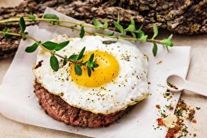 Фотографии Мясные продукты Яичница