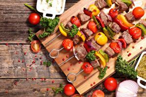 Фото Мясные продукты Шашлык Овощи Томаты Доски Разделочной доске