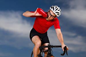 Фотографии Мужчины Велосипедный руль Шлем Бутылка Спорт