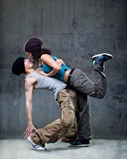 Обои Мужчины Вдвоем Танцы Шапки Улыбка Девушки