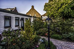 Обои Нидерланды Дома Уличные фонари Кусты Arcen Limburg Города картинки