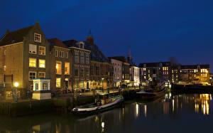 Обои Нидерланды Дома Реки Вечер Причалы Речные суда Уличные фонари Maassluis