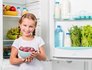 Фотографии Сливы Девочки Улыбка Холодильник Дети