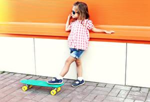 Обои Скейтборд Девочки Очки Дети картинки