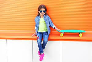 Фотография Роликовая доска Девочки Сидящие Очки Рубашка Джинсы Ребёнок