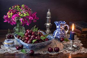 Обои Натюрморт Вишня Свечи Букеты Душистый горошек Гвоздики Кувшин Еда