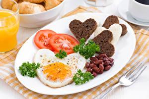 Картинки Помидоры Овощи Хлеб Тарелка Яичница Сердце Еда