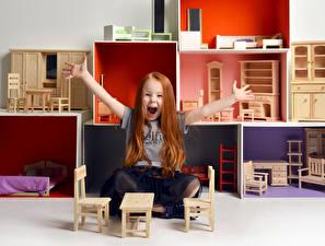 Фотография Игрушки Девочки Радость Руки Сидит Дети