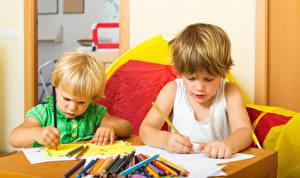 Обои для рабочего стола Вдвоем Карандашей Мальчики Дети