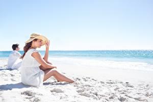 Фото Пляж Шляпа Сидящие Песок Девушки