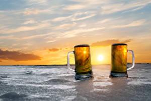 Картинки Пиво Рассветы и закаты Кружка Двое Лед