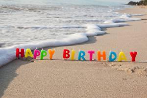 Картинки День рождения Свечи Берег Волны Песок