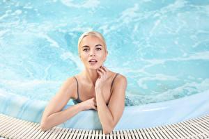 Фотографии Блондинка Плавательный бассейн Взгляд Руки Города