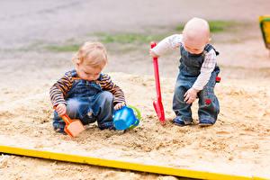 Картинка Мальчики 2 Песок