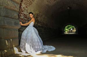 Картинки Шатенка Невеста Платье Смотрит Туннель Девушки