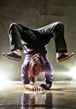 Фотографии Шатенка Улыбка Танцует Ноги Девушки