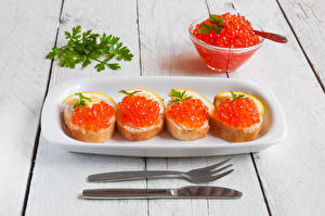 Картинка Бутерброды Морепродукты Икра Нож Хлеб Доски Вилка столовая Пища
