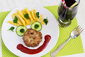 Фото Оригинальные Картофель фри Мясные продукты Огурцы Тарелка Вилка столовая Продукты питания