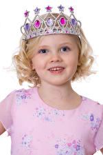 Картинка Корона Белый фон Девочки Фотомодель Улыбается ребёнок