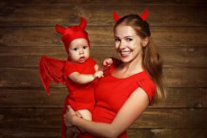 Картинка Демон Мама Младенца Улыбается Униформе молодые женщины Дети
