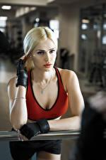 Картинки Фитнес Блондинка Смотрит Перчатки Девушки Спорт