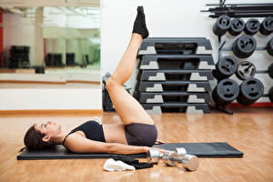 Картинки Фитнес Шатенка Физические упражнения Гантели Ноги Девушки Спорт