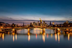 Фотография Германия Франкфурт-на-Майне Здания Речка Мосты Вечер Уличные фонари