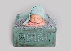 Фотографии Серый фон Грудной ребёнок Шапки Спящий Ребёнок