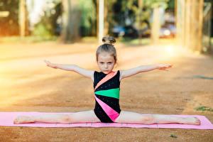 Фотография Гимнастика Девочки Шпагат Руки Ребёнок