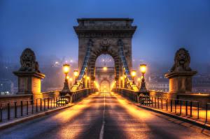 Картинка Венгрия Будапешт Мост Львы Скульптура Забора Ночь Уличные фонари HDRI город