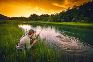 Фотография Озеро Ловля рыбы Мужчины Вечер Трава Природа