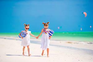 Обои Девочки 2 Пляж Платье Очки Ребёнок