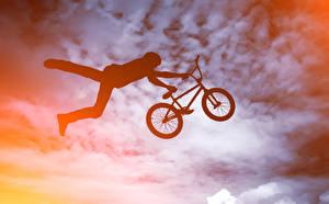 Картинка Мужчина Велосипед В прыжке Силуэт спортивный