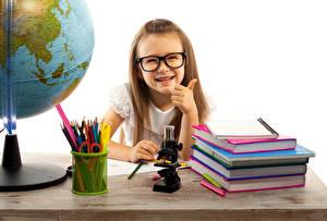 Фото Школа Девочки Улыбка Очки Книга Карандаши Дети