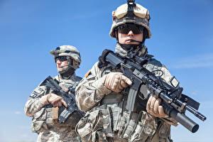 Фотографии Солдаты Автоматы Вдвоем Униформа Очки Американские Армия