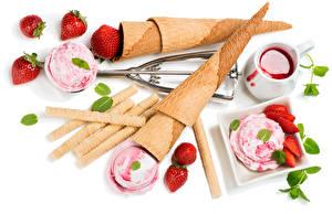Фото Сладости Мороженое Клубника Джем Белый фон Шар Продукты питания