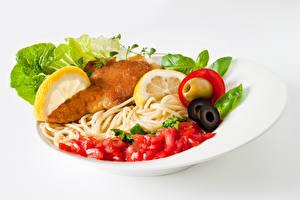 Картинка Вторые блюда Мясные продукты Овощи Белый фон Тарелка Макароны Пища