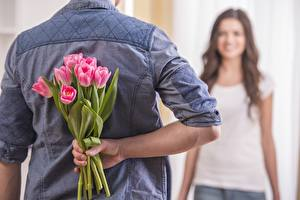 Картинки Тюльпаны Букеты Мужчины Спина Руки Цветы Девушки
