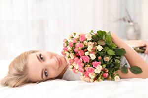 Картинка Букеты Розы Блондинка Смотрит