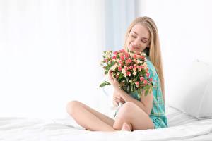 Обои Букеты Розы Блондинка Улыбка Сидящие