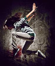 Фотография Шатенка Танцует Прыжок Руки Девушки