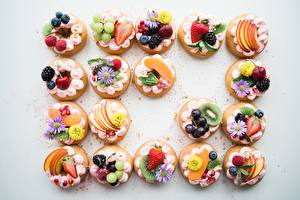 Фотографии Пирожное Ягоды Фрукты Десерт Серый фон Продукты питания
